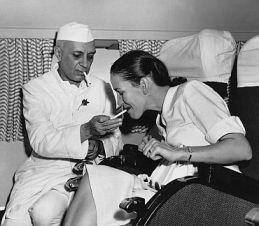 jawaharlal_nehru_lighting_cigarette